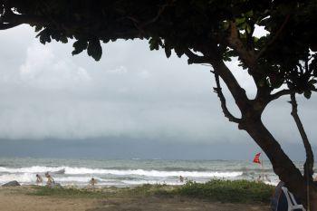 Praia Coroa do meio, com turistas e chuva chegando